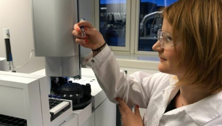 Lisbet Sørensen at SINTEF Ocean analyses a rubber granules sample.