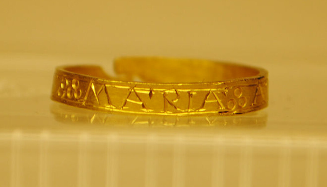 On jewellery and other valuables, inscripton were mostly in letters. Here is a ring with the inscription 'Maria'.