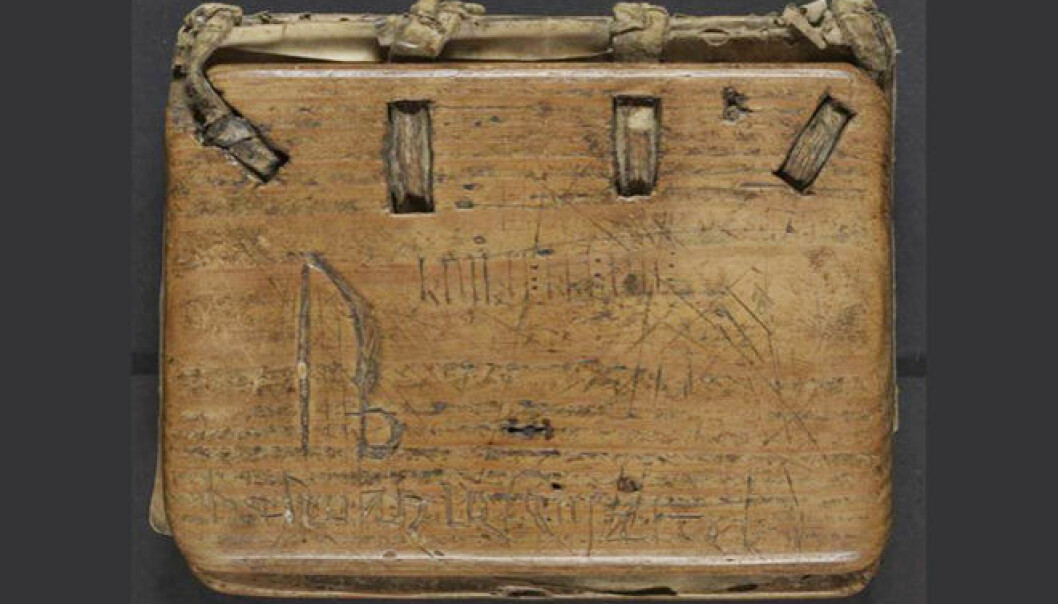 On the wooden cover of the Kvikne psalter, Elise Kleivane found a mix of letters and runes.