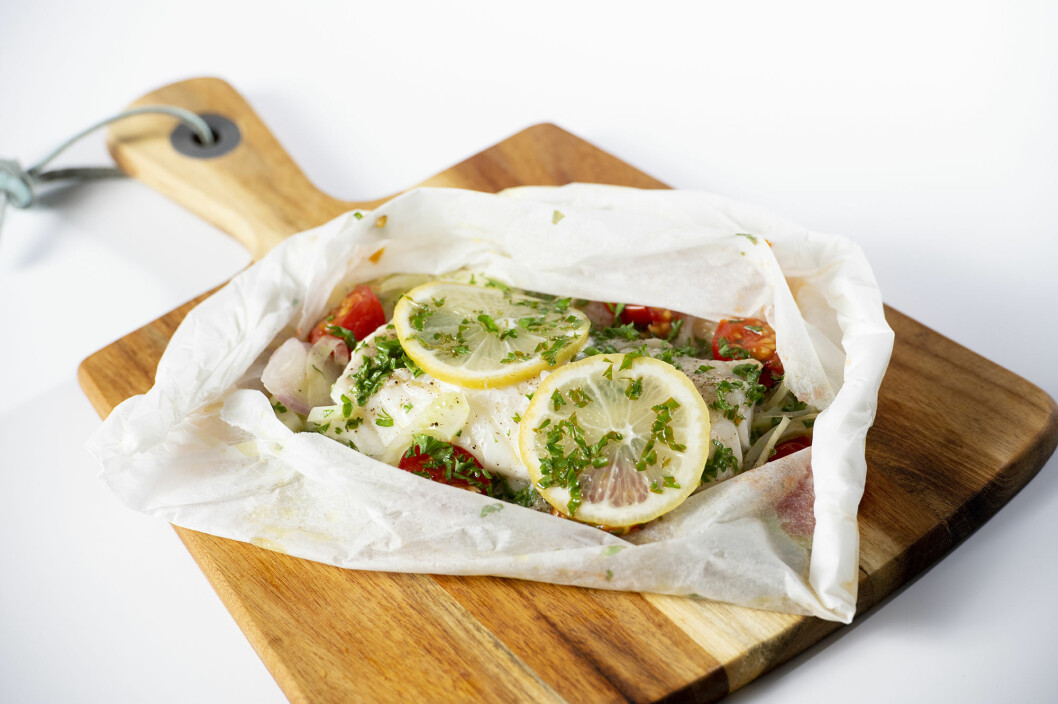 How about a healthy dinner prepared in your microwave oven? Here baked cod with vegetables cooked in a package of baking paper.