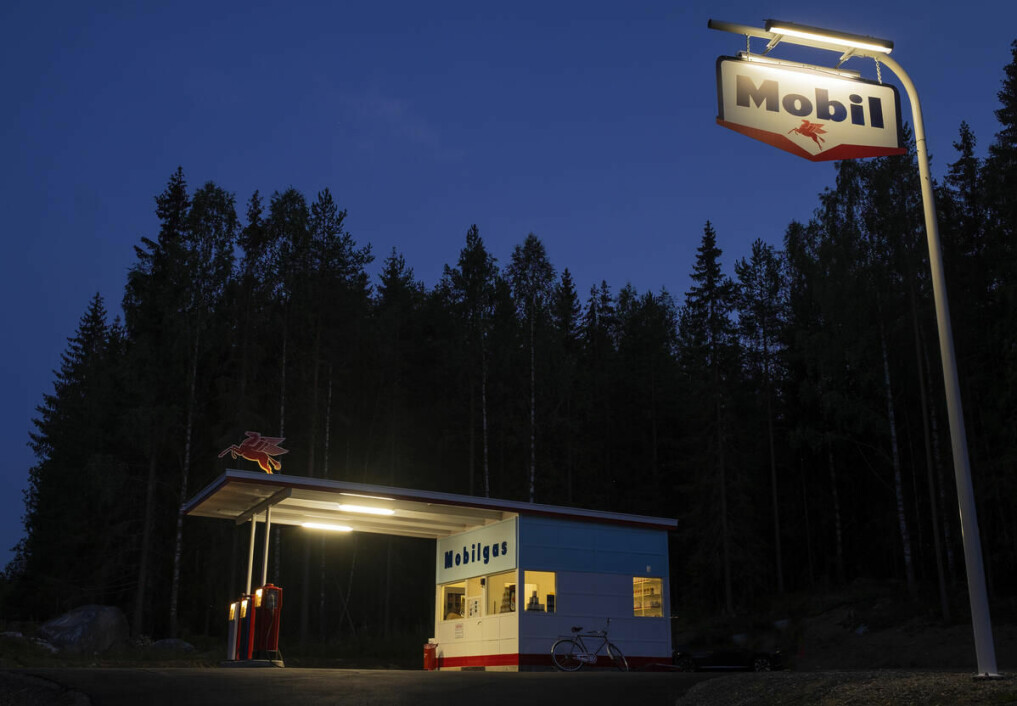 Starting this summer, the only preserved Mobil Station in Norway is on display at the Norwegian Road Museum, restored to the way it looked in the early 1960s. The functional-style station was originally built on Kirkegata in the centre of Lillehammer in 1934. It was probably Lillehammer's city architect who designed the station in the simple and beautiful functionalist style of the time.
