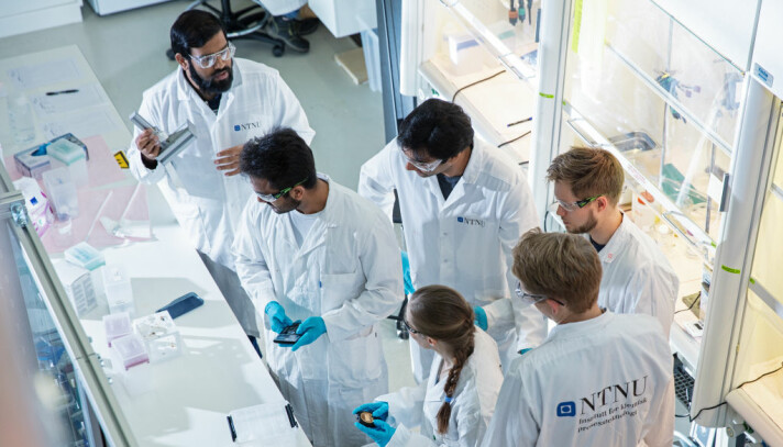 Postdoctoral researcher Sulalit Bandyopadhyay at his lab with his team at the Department of Chemical Engineering at NTNU. They are producing the magnetic beads used in the new test method for SARS-CoV-2 virus (corona test).