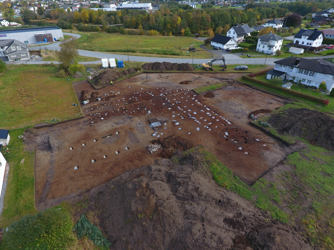 The northern part of the excavation. Here, the researchers found traces of long-term settlement. To the right you can see rows of posts from a large longhouse dated to the middle of the Iron Age. To the left are ten pillars from a longhouse from around the 13th century.