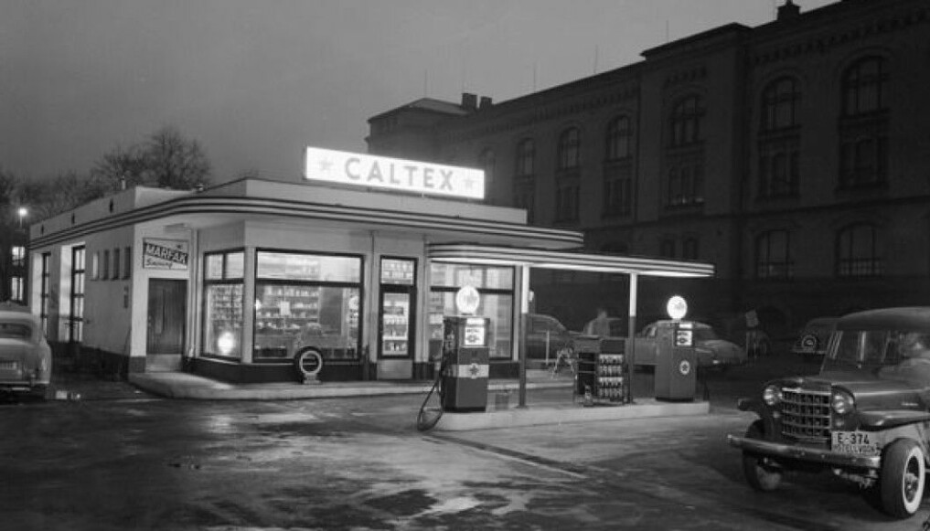 A Caltex station photographed in 1957 in Tullinløkka, in the centre of Oslo. The station gives little reason for doubt about the influence from the USA.