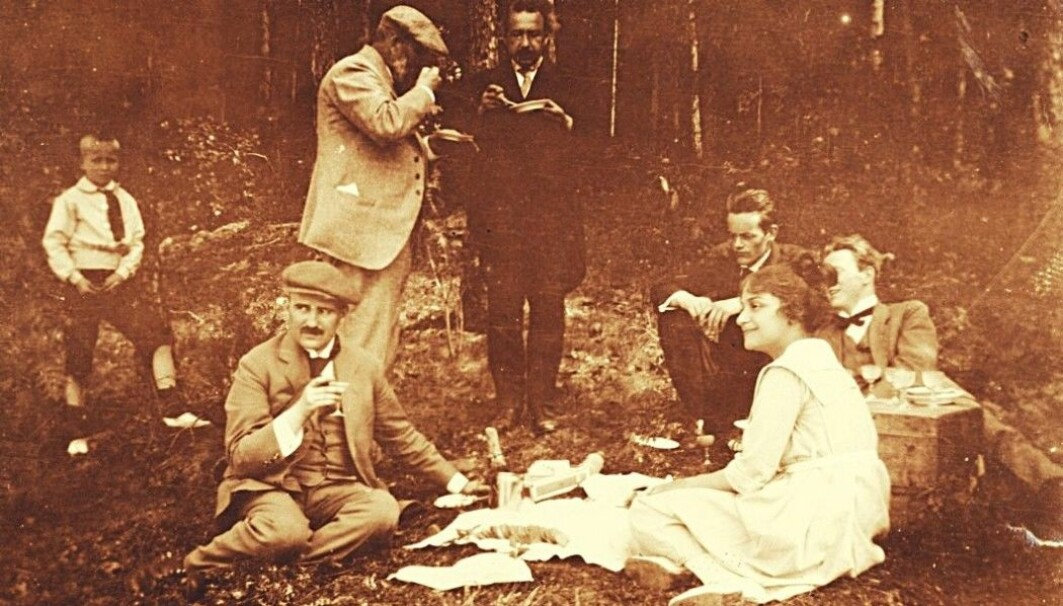 Physicist Albert Einstein visited Norway in June 1920. He was to give three lectures on the theory of relativity in the University's auditorium. Here he is in conversation with Heinrich Goldschmidt on an excursion that was arranged for them. In front are Victor Moritz Goldschmidt and Einstein's stepdaughter Ilse.