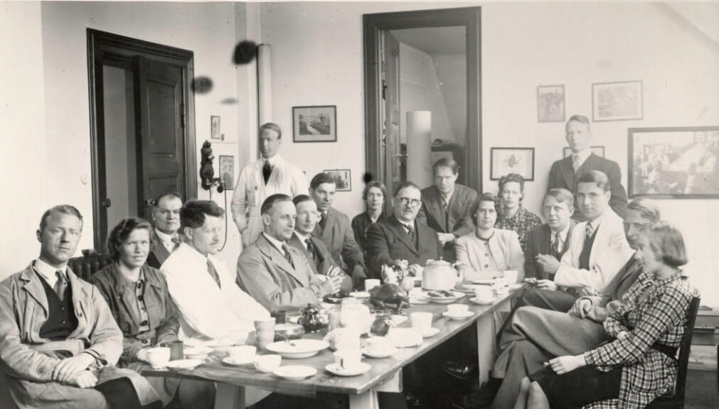 The staff at the Geological Museum on Tøyen takes a coffee break in 1939. Victor Moritz Goldschmidt in the upper left corner.