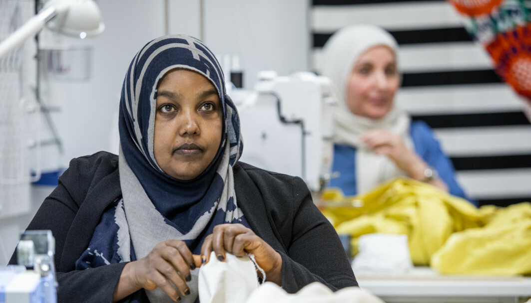 Hodan Sjama (left) and Hamar Ali Tesli (in the background) work at the sowing house (systua) at IKEA Furuset. The Sowing house is run by Sisters in Business and hires people who have previously not been part of working life.