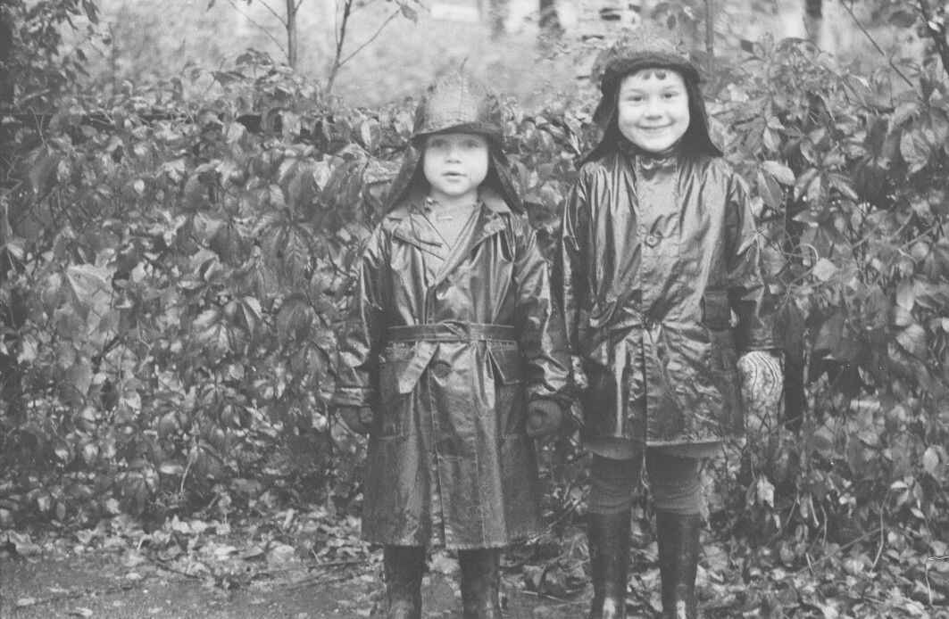These two youngsters attended kindergartens similar to the ones Norway has today. Called by various names, kindergartens were slowly but surely established in Norway in the early 20th century. The picture is from Barnehavet Gange-Rolvs gate in Oslo in 1938.
