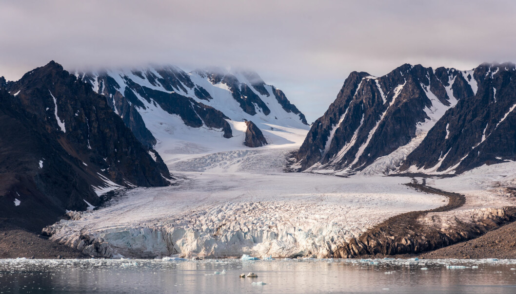Glaciers respond to climate change in a number of different ways. Some become more passive. Others begin to move and can release large amounts of ice. The photo shows the Monaco glacier on Svalbard.