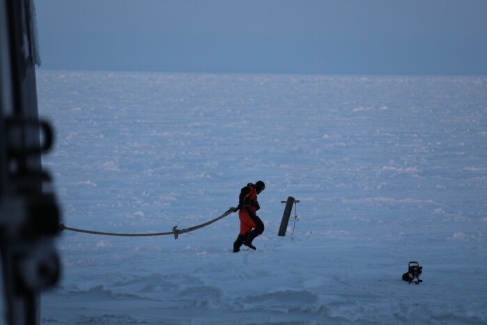 The ship is anchored in the ice with big hooks. In the picture you can see Frank Nilsen setting them out.