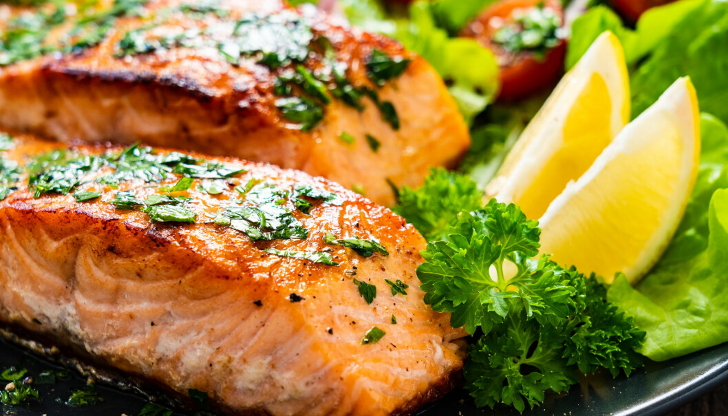Norwegian salmon is often served at Swedish dinner tables. But many Swedes are sceptical about the health and other benefits of consuming farmed fish. A new assessment of Norwegian farmed salmon examines a number of scientific issues.