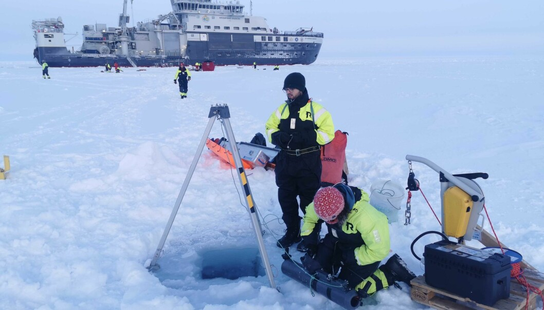 Even if Arctic seems dorment and with no life, the life hides under and inside the sea ice. To get water samples we need to drill holes in the ice and collect the water in a bottle.
