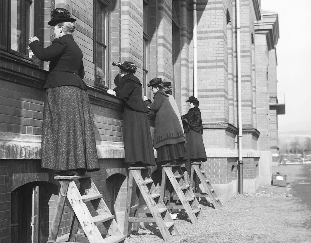 This photo is from 1905 and was taken during a diphtheria epidemic at Ullevål hospital. Infectious diseases abounded, especially where people lived in cramped conditions. These women were visiting hospitalized relatives and had to stay outside to avoid becoming infected.
