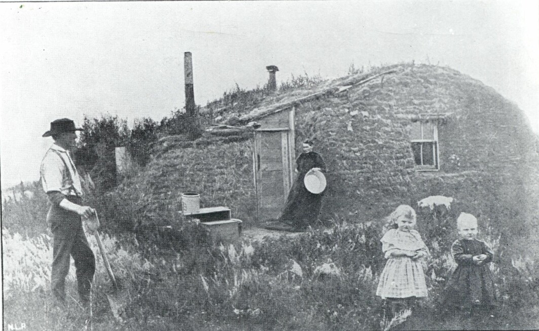 Settlers often built houses out of peat. The peat houses held the heat well, which was absolutely necessary in the harsh winters. The picture shows settler John Bakken's first house in Milton in Cavalier County, North Dakota, around 1880.