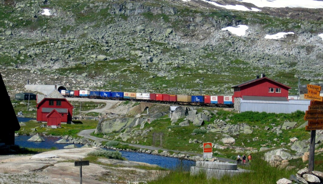 A new report says Norwegians can make significant cuts in CO2 emissions if transport of the country's goods across Hardangervidda, Norway's big central mountain plateau, is increased by 50 per cent.