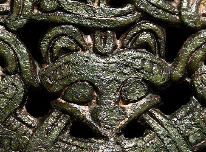 If we take a closer look at the costume buckle, we see that it is decorated with a kind of fox-like head.
