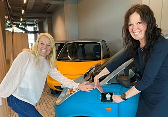 Kristin Skofteland, marketing manager and legal advisor, and project manager Turi Kvame Lorentzen from Beyonder's Heroes project, in front of an electric car that can be charged faster with Beyonder's technology.