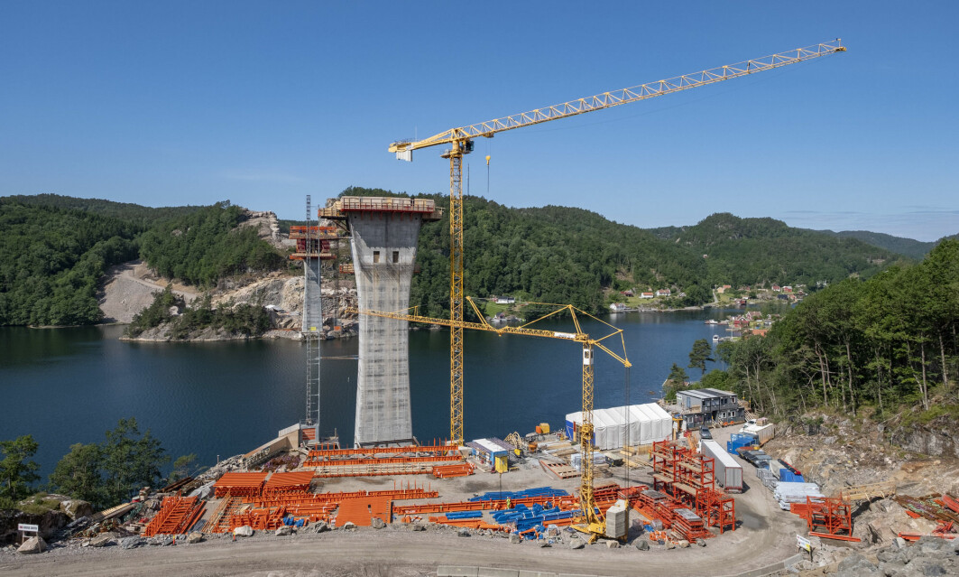 A lot of new things are being built in Norway. Here, construction of a four-lane motorway between Kristiansand and Mandal, which involves a bridge. Building new and better roads thus results to large quantities of greenhouse gas emissions and destroys much of the surrounding nature, according to the researcher Borgar Aamaas.